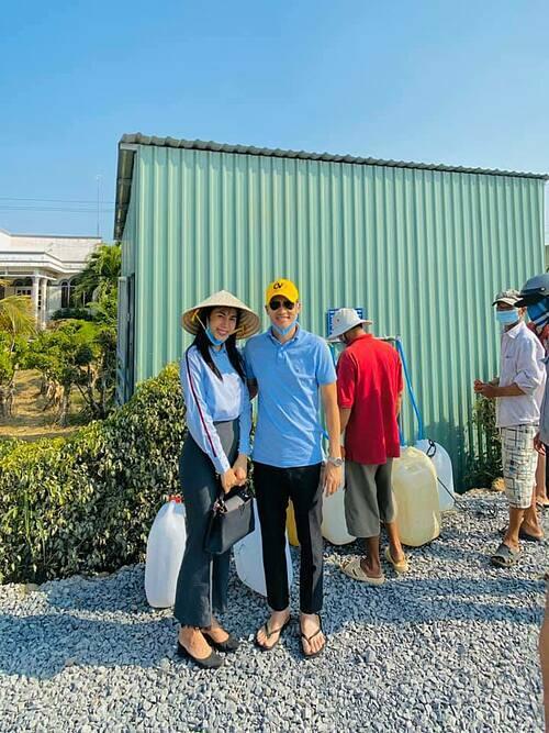 Ca sĩ Thủy Tiên đội nón lá khi cùng ông xã Công Vinh đi nghiệm thu các trạm lọc nước cho người dân ở Tiền Giang.