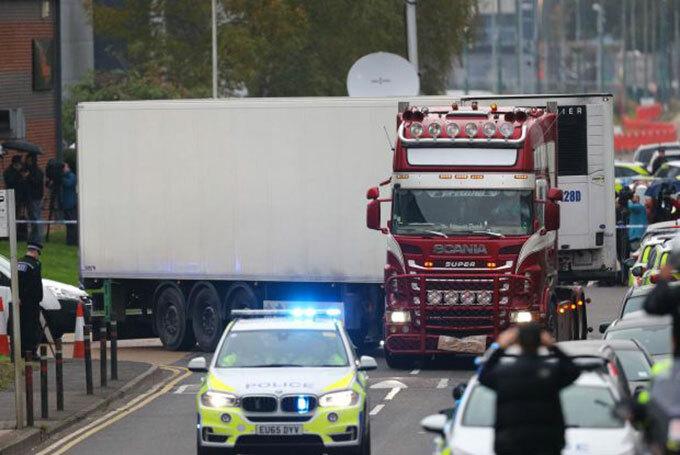Chiếc xe tải chứa 39 thi thể được di chuyển khỏi hiện trường hôm 24/10/2019 ở hạt Essex, Anh. Ảnh: AP.