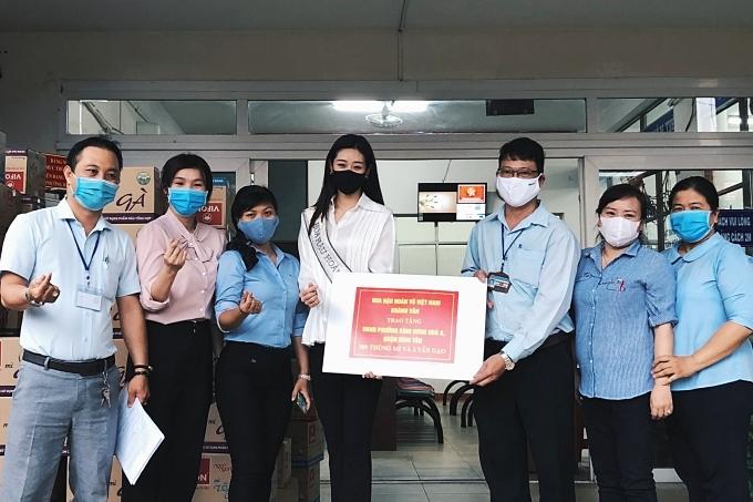 Khánh Vân trao quà đến đại diệnUBND Phường Bình Hưng Hoà A.