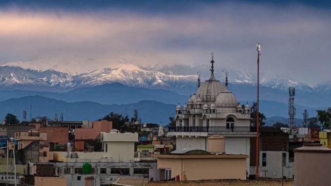 Dãy Hymalaya nhìn từ thành phố Pathankot, vào một ngày đầu tháng 4.