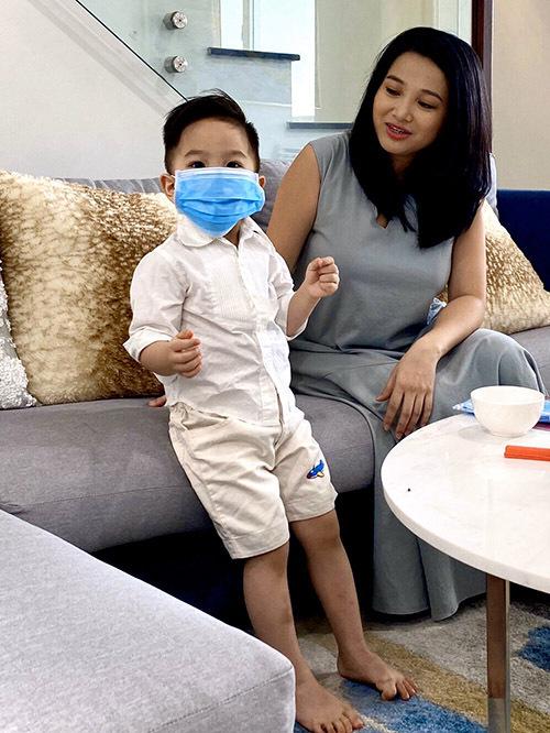 Cậu nhóc rất hào hứng với việc đeo khẩu trang, cùng bố mẹ phòng chống virus.