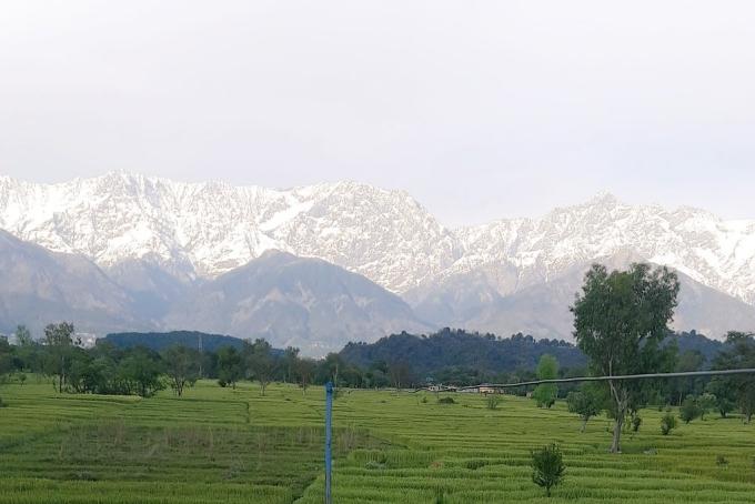 Dãy Himalaya nhìn từ bangHimachal Pradesh, miền bắc Ấn Độ.