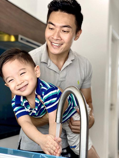 Quốc Cơ dặn con trai phải rửa tay thường xuyên, nhất là trước khi ăn hoặc lúc muốn chơi với em gái.