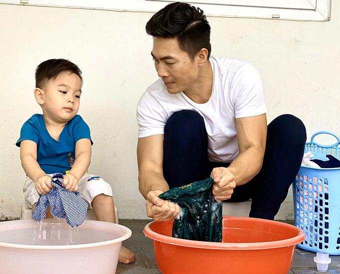 Hoàng tử xiếc hướng dẫn con trai giặt quần áo bằng tay. Anh khuyến khích con tự lập, biết chăm sóc bản thân và đỡ đần việc nhà cho bố mẹ.
