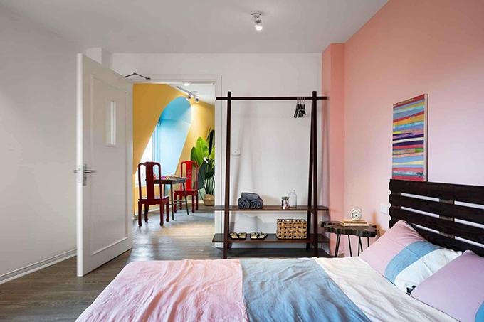 Mỗi phòng ngủ trong căn nhà mang một tông màu khác nhau, mang ngôn ngữ hiện đại.