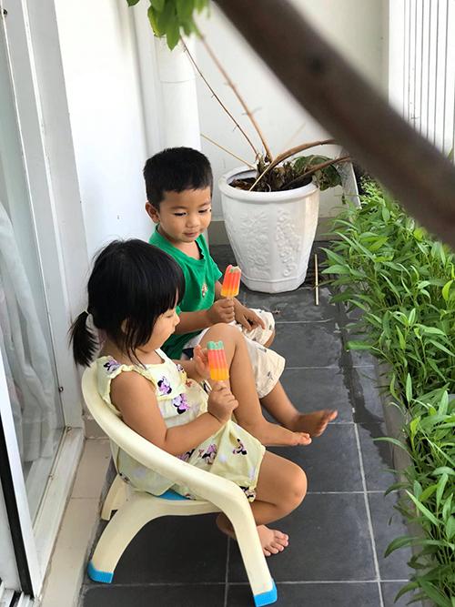 2 em bé của chị Trang rất thích được kê ghế ngồi ngoài ban công, vừa chơi đùa vừa ngắm cây mẹ trồng.