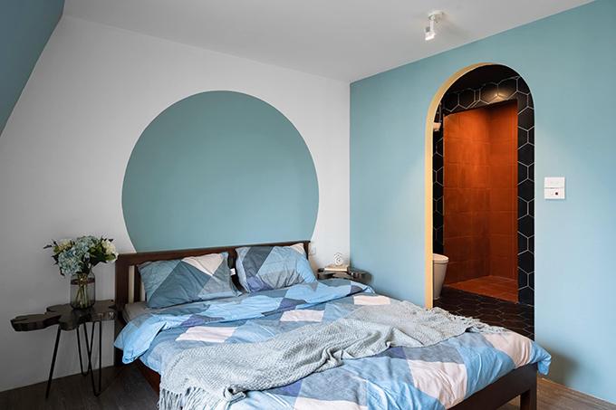 Tường được chia mảng để sơn theo khối hình học, đóng vai trò tạo điểm nhấn cho không gian.