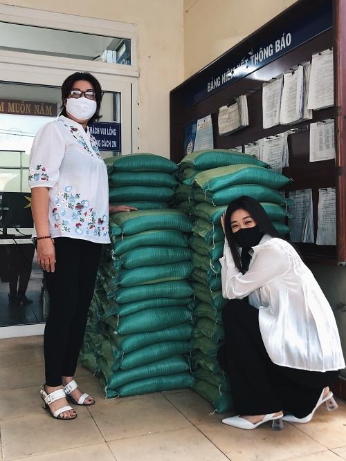 Tại TP HCM, Hoa hậu Hoàn vũ Việt Nam 2019 - Khánh Vân cùng mẹ tặng 200 phần quà cho người dân khó khăn ở phường Bình Hưng Hòa A, quận Bình Tân – nơi cô sinh sống.