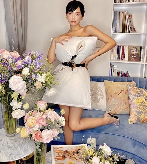 Khánh Linh và nhiều fashiohista thể hiện sự đầu tư thêm phụ liệu để hình ảnh của mình độc đáo hơn khi mặc gối. Hoa cài áo của Lâm Gia Khang được cô em trendy trang trí hài hòamàu gối ngủ.