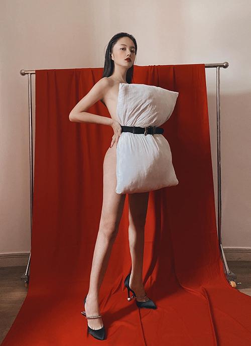 Thanh Vy thể hiện sự táo bạo khi tham gia thử thách thời trang áo gối với phong cách không nội y.