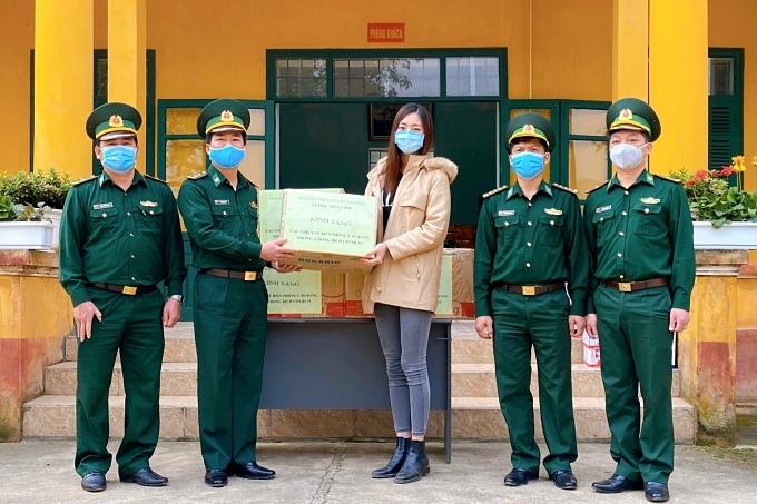 Lương Thùy Linh traokhẩu trang y tế, nước rửa tay và một số nhu yếu phẩm cho các chiến sĩ thuộc đồn biên phòng các cửa khẩu Sóc Giang,Cần Yên vàLũng Nặm.