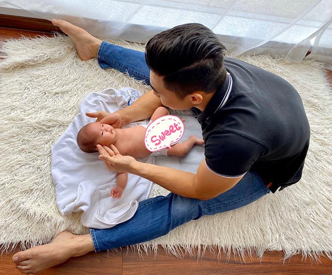Bé Dâu được 2,5 tháng vẫn bú mẹ hoàn toàn. Hồng Phượng cho biết nhờ có ông xã đỡ đần, cô không phải làm việc nhà nhiều mà chỉ tập trung cho vai trò bò sữa, cho con bú và canh vắt sữa đêm ngày cho con.