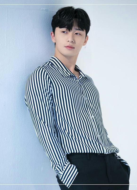 8. Park Seo JoonPark Seo Joon tên thật Park Yong Kyu, sinh năm 1988 tại Seoul. Cơ duyên đến với nghệ thuật của tài tử khá tình cờ. Nhờ ngoại hình sáng và cao 1,85 m, anh được mời đóng minh họa MV. Tài tử đóng nhiều phim như Thư ký Kim sao thế, Ký sinh trùng, Thanh xuân vật vã, Phù thủy tình yêu... Gần đây anh gây ấn tượng mạnh mẽ với khán giả trong phim Tầng lớp Itaewon.