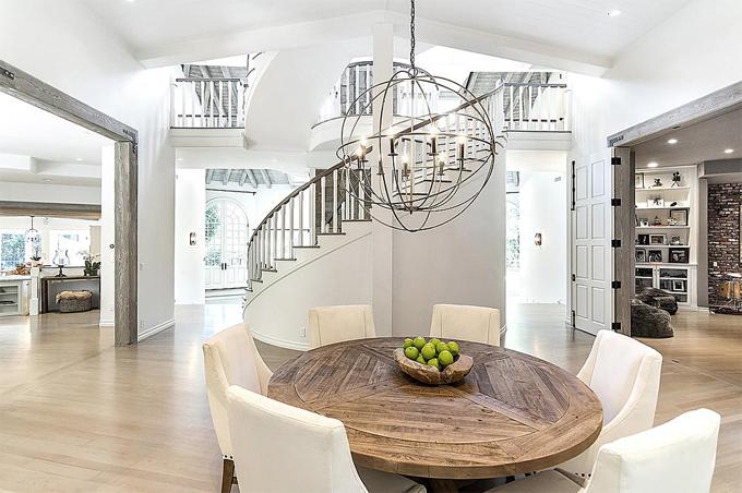Phòng ăn với không gian mở nối với bếp và phòng khách.