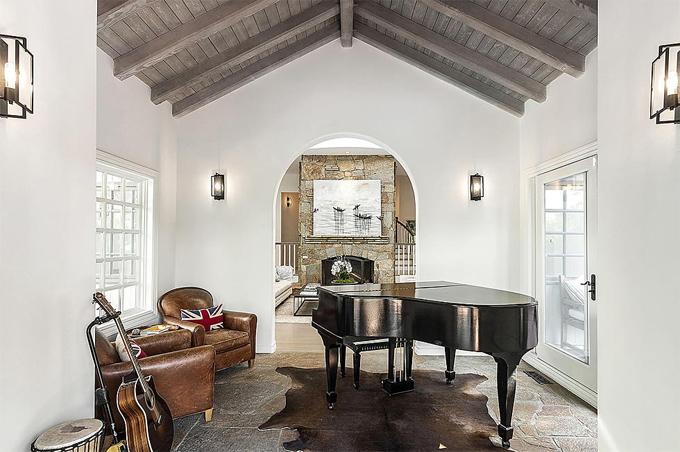 Cây piano lớn đặt trong khán phòng riêng.