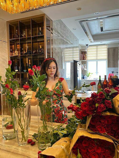 Hoa hậu Thu Hoài mất nguyên một ngày cắm hoa vì được người bạn tặng tới 1.000 bông hồng.