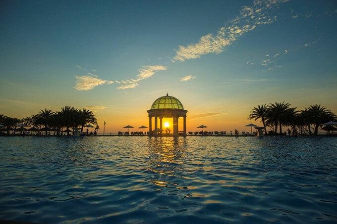 Đảo ngọc Phú Quốc: Với lợi thế của biển tây, nơi có thể chứng kiến mặt trời chạm vào đại dương khi chiều xuống, Phú Quốc nổi danh nhờ những bãi cát dài và những kiệt tác xây dựng hài hòa với thiên nhiên. Nơi đây là thiên đường dành cho những người yêu thích sự huyền ảo của ánh hoàng hôn.