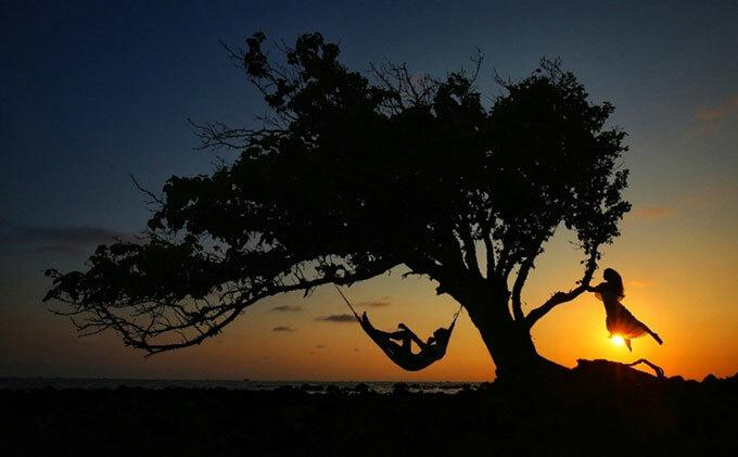 Mỗi khi chiều xuống, du khách có thể chọn bất cứ đâu trên vùng Bắc đảo như đảo Đồi Mồi, làng chài Rạch Vẹm, mũi Gành Dầu... để hòa mình trong ánh ráng chiều trên đảo ngọc.
