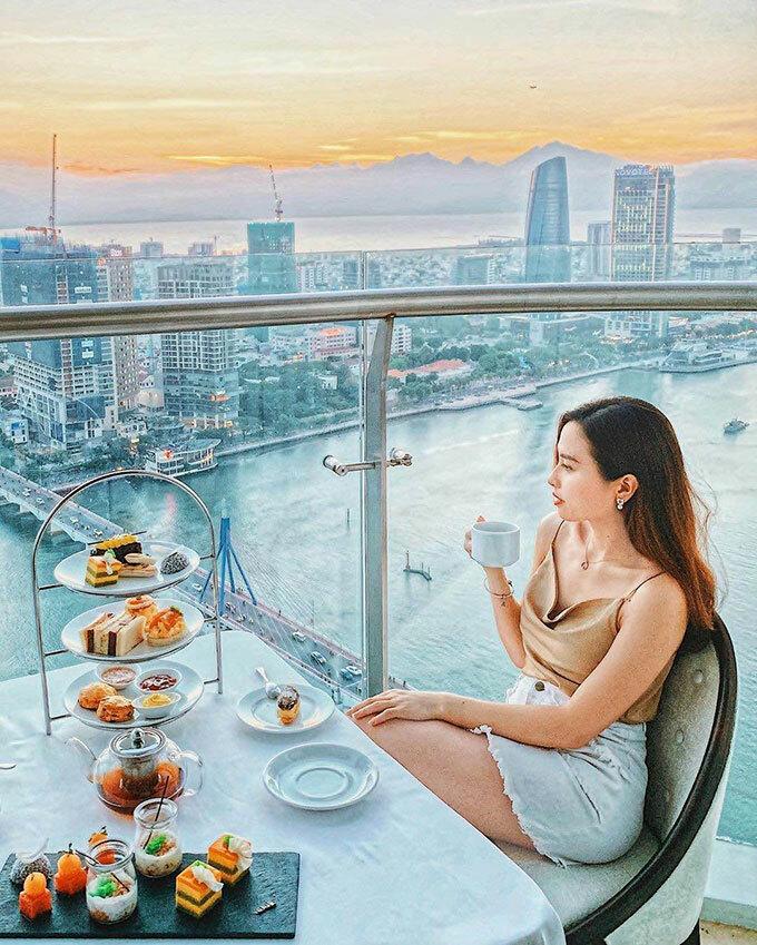 Những buổi hoàng hôn từ tầng cao của Vinpearl Condotel Riverfront Đà Nẵng đã chinh phục được nhiều du khách. Du khách có thể ngắm trời chiều đang bao trùm cả thành phố, thả người trên góc hành lang, bên cạnh là những trang sách yêu thích hoặc những ly cocktail tại pool bar lơ lửng giữa không trung...