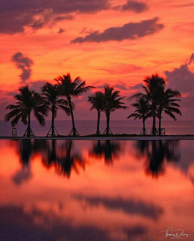 Nam Hội An: Những mái ngói nhuốm màu rêu phong, các con phố vàng nằm dọc con sông Thu Bồn vẽ nên một Hội An thơ mộng. Đi về phía Nam của Hội An, du khách sẽ có nhiều cảnh đẹp để chiêm ngưỡng, trong đó có hoàng hôn với ráng chiều huyền ảo trên bãi biển Bình Minh hoang sơ.
