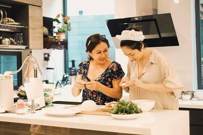 Ca sĩ Bảo Anh vào bếp làm món bánh bột lọc cùng mẹ.