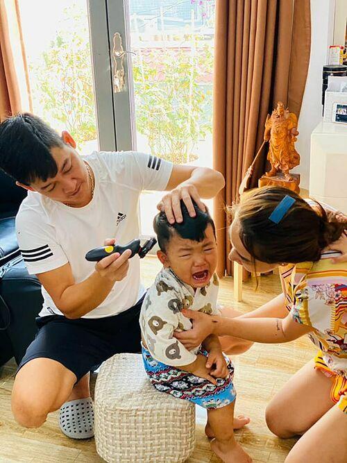 Gia đình Hải Băng - Thành Đạt cũng vừa trải qua một kỷ niệm thú vị trong mùa dịch khi cắt tóc cho ba con. Nữ ca sĩ phải trò chuyện, trấn an con cho chồng cắt. Bé Koi ban đầu cố nín nhịn nhưng sau đó đã òa khóc.