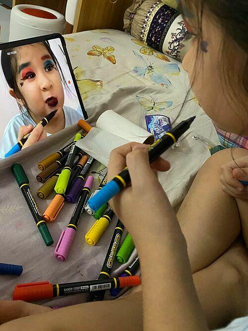 Thấy con gái lấy đồ nghề tự tập trang điểm, diễn viên Huy Khánh trêu: Bình tĩnh nhé con gái. Hết dịch bệnh ba cho con đi mần nghệ thuật lại liền.