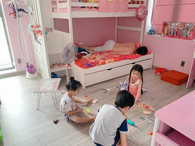 Ốc Thanh Văn dặn chồng canh giờ cho con vào học online nhưng ông xã Trí Rùa lại nằm ngủ quên, bỏ mặc ba con tự chơi với nhau.