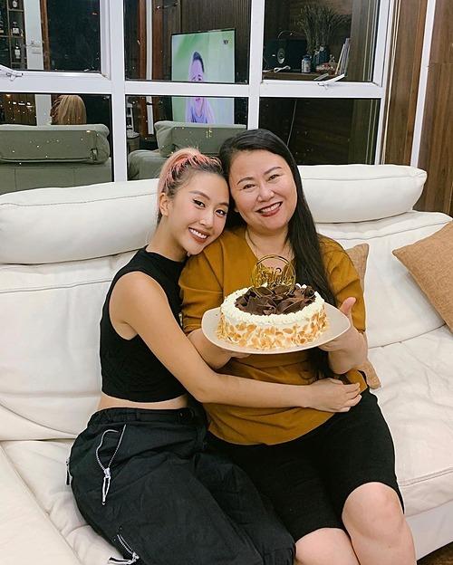 Sau bao ngày nỗ lực và làm hỏng không ít bột, Quỳnh Anh Shyn đã thành công khi làm được bánh sinh nhật tặng mẹ.