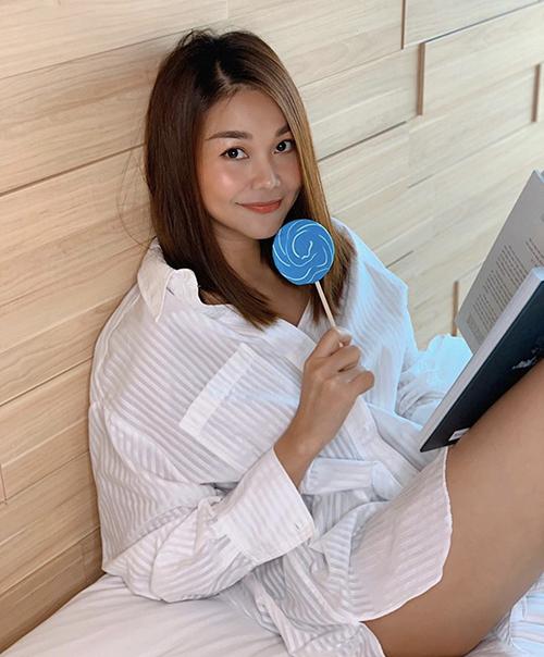 Phong cách sexy ngày hè của Thanh Hằng dễ dàng áp dụng cho nhiều bạn gái. Chỉ cần chọn mẫu áo sơ mi phom rộng, chất liệu thoáng mát mix cùng short là các nàng có thể theo đuổi mốt giấu quần.