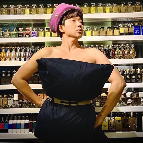 Không chỉ các sao nữ tham gia thử thách biến gối thành váy khi ở nhà tránh dịch, Trấn Thành cũng hài hước bắt trend. Tuy nhiên bộ sưu tập nước hoa khủng phía sau của nam MC mới thực sự khiến khán giả trầm trồ.