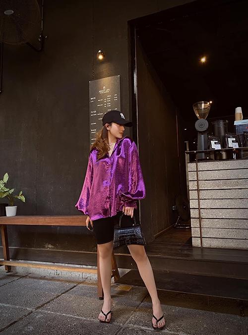 Trong những ngày nắng đầu mùa, Yến Nhi chọn áo lụa bóng để mix cùng quần short kiểu biker.