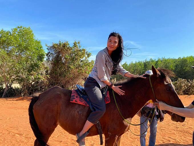 Thúy Diễmhóa thân thành cô gái sống ở đồi cát nắng, phải biết cưỡi ngựa, lái xe bán tải, biết làm nước mắm và đánh nhau trong vai diễn mới.