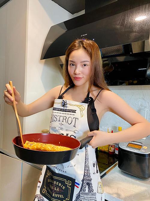 Bên cạnh trổ tài nấu nướng, người đẹp gốc Nam Định cũng khoe luôn mẫu tạp dề hoạ tiết bắt mắt được mua từ Châu Âu.