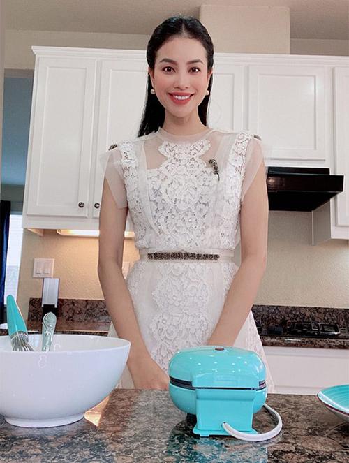 Vào bếp làm bánh, nhưng Phạm Hương chọn lựa trang phục khá điệu đà. Hoa hậu diện váy ren và phối hoa tai hạt ngọc trai sang trọng như đi tiệc.
