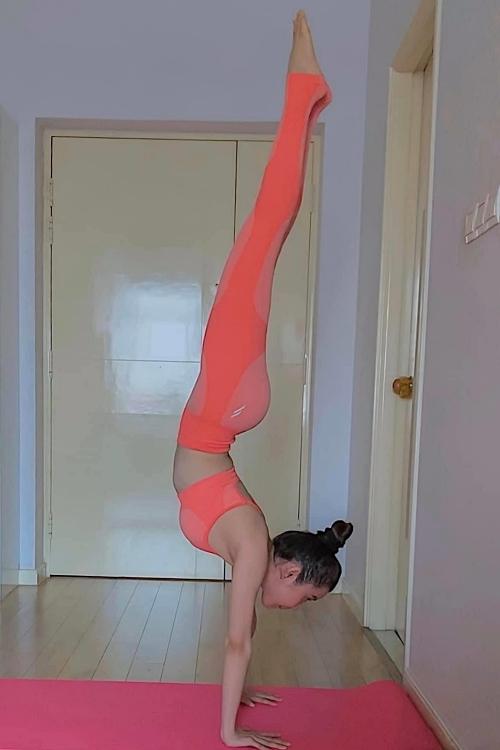 Thời gian này ở nhà, Huỳnh Vy tận dụng khoảng mỗi ngày để duy trì tập luyện, giúp côkhông cảm thấy buồn chán. Tôinghĩ mọi người thử thực hiện vài động tác đơn giản sẽ cảm nhận được những điều tích cực mà Yoga mang lại, người đẹp nói.