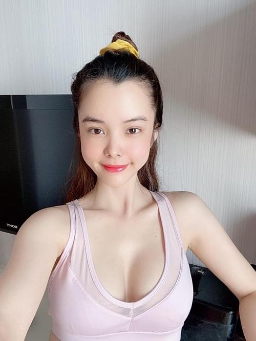 Huỳnh Vy cao 1,7 m, số đo ba vòng 86-58-100, từng đoạt giải Á khôi 1 tại cuộc thi Hoa khôi Người đẹp tỏa sáng 2016.