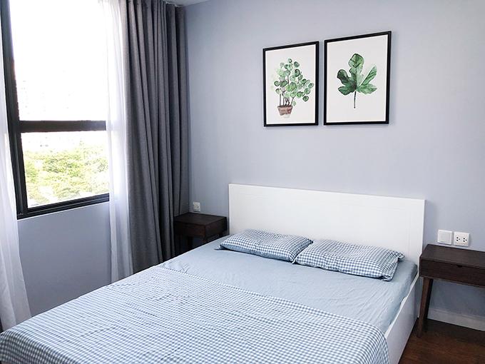 Nhà đượccải tạo từ 3 phòng ngủ thành 2 phòng ngủ cho Anh Khoa và mẹ. Phần sàn được làm lại để phù hợp phong cách Scandinavian, nội thất 2 phòng tắm giữ nguyên để tiết kiệm chi phí. Căn hộ được thi công và hoàn thiện trong vòng 3 tháng.