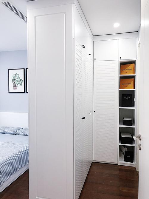 Tủ đồ dùng ngăn giữa nơi thay đồ và giường ngủ.
