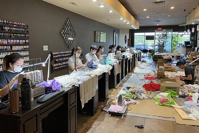 Tiệm làm móng Zen Nails tại thành phố Brentwood, bang Tennessee đã chuyển đổi thành không gian sản xuất khẩu trang và đồ bảo hộ ủng hộ cho nhân viên y tế địa phương. Ảnh: Trang Nguyen.