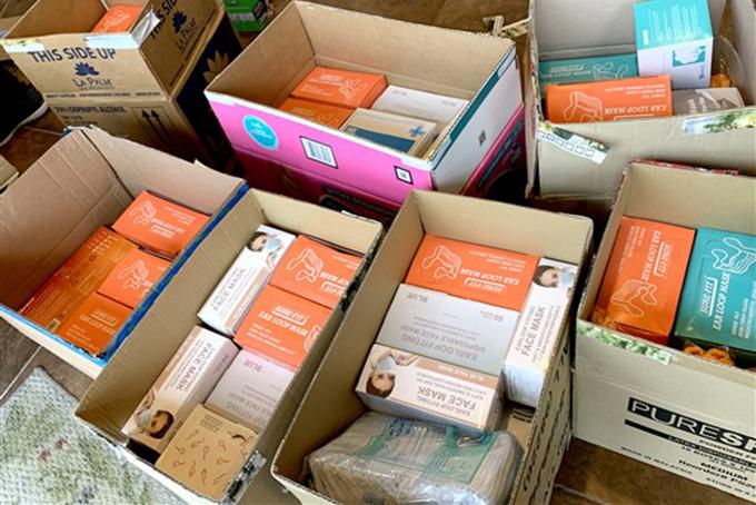 Những hộp khẩu trang đượcZen Nails quyên góp cho bệnh viện địa phương. Ảnh: Trang Nguyen.