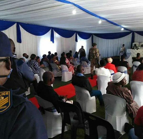 Sĩ quan cảnh sát đeo đồ bảo hộ và vũ khí dừng đám cưới ở KwaZulu Natal, Nam Phi hôm 6/4. Ảnh: Twitter.
