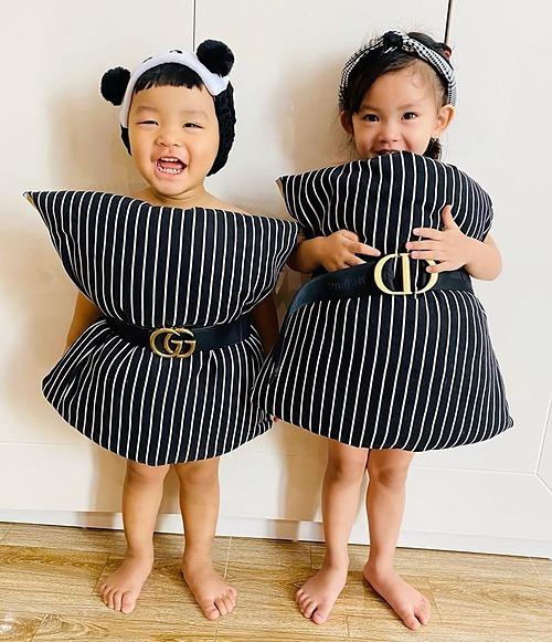 Hải Băng cho hai con đua trend mặc gối thành váy.