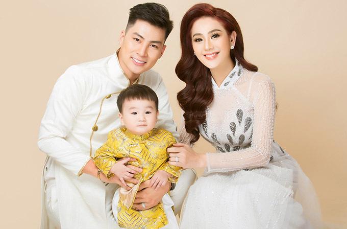Vợ chồng Lâm Khánh Chi và con trai hơn một tuổi.