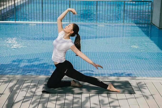 Yoga là một trong những hoạt động giúp diễn viên Lan Phươngchống buồn chán trong những ngày cách ly xã hội.