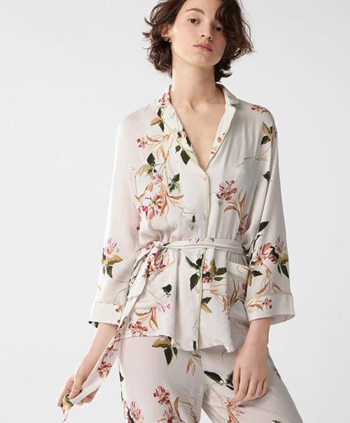 Pyjama lụa còn được biến tấu với nhiều kiểu thanh lịch như tay lửng, thắt eo tôn nét gợi cảm cho người mặc.