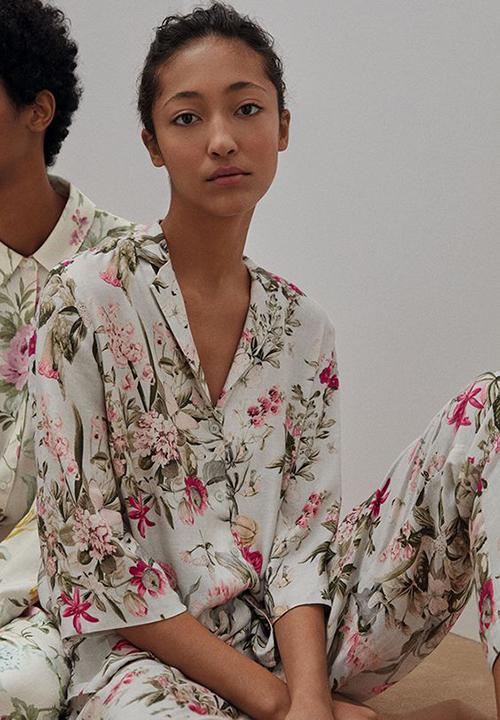 Pyjama được tô điểm những sắc màu rực rỡ để giúp trang phục mặc ở nhà của chị em thêm cuốn hút.