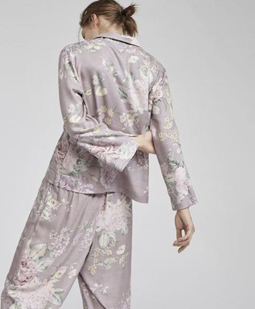 Những tông màu thanh nhã được hoà trộn vừa vặn cùng hoạ tiết đậm chất nữ tính để tô điểm cho pyjama lụa.