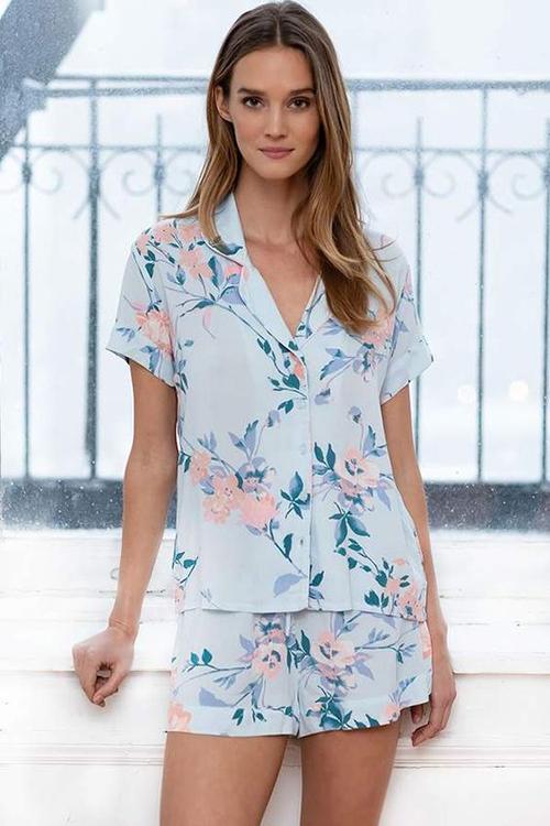 Song song với các mẫu đồ bộ dáng basic là các thiết kế pyjama cùng short.