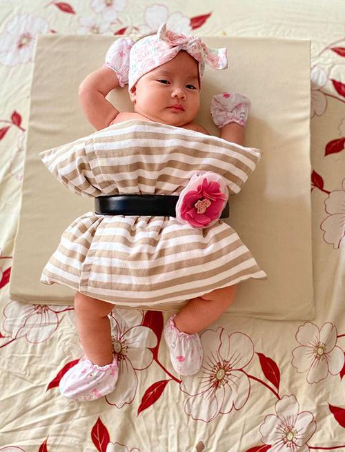 Con gái Hồng Phượng hơn 1 tháng tuổi được mẹ bắt trend cho mặc gối chụp ảnh kỷ niệm.